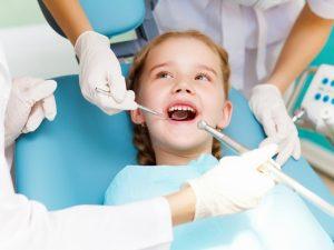 Кариес молочных зубов: лечить или нет?