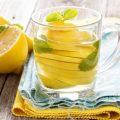 Врачи рассказали, действительно ли вода с лимоном является такой полезной
